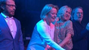 Integrantes da banda ABBA se reúnem no palco após 30 anos