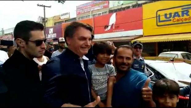 Bolsonaro passeia por Brasília após ministro da saúde enfatizar isolamento