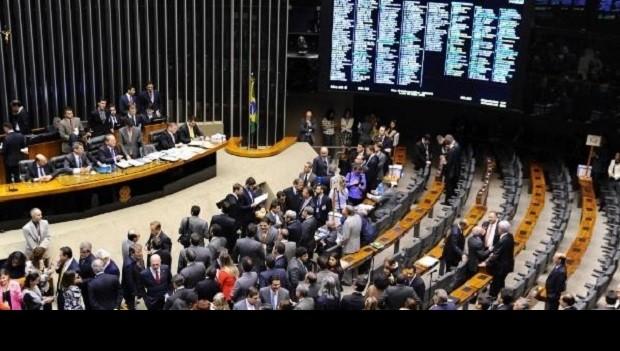 CENTRAIS: LUTA NO CONGRESSO E POVO NA RUA DESEQUILIBRARAM APOIO A TEMER
