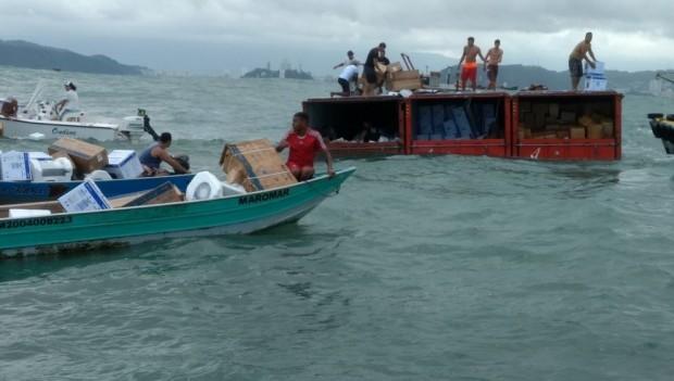 Moradores saqueiam contêineres que caíram no mar
