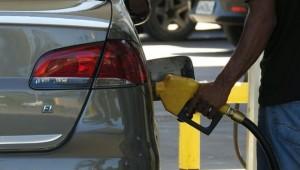 Preço da gasolina cai após 8 altas seguidas