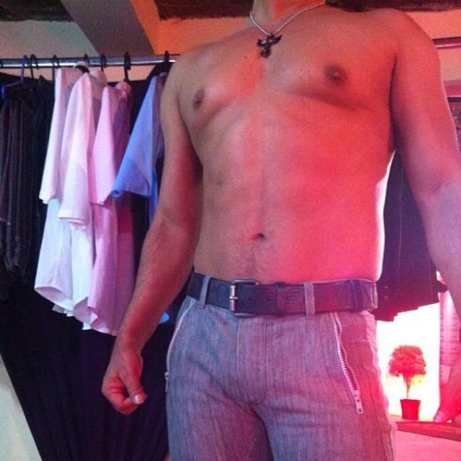 Zezé Di Camargo aparece em foto sem camisa